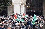 50 ألف فلسطيني يصلون الجمعة في الأقصى رغم الاحتلال