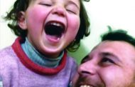 بالضحك.. أب يخفّف روع ابنته من القذائف
