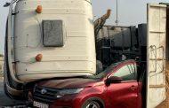 نجاة مواطنة من حادث سقوط شاحنة على مركبتها بالفجيرة