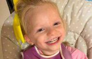 طفلة لا تستطيع التوقّف عن الابتسام