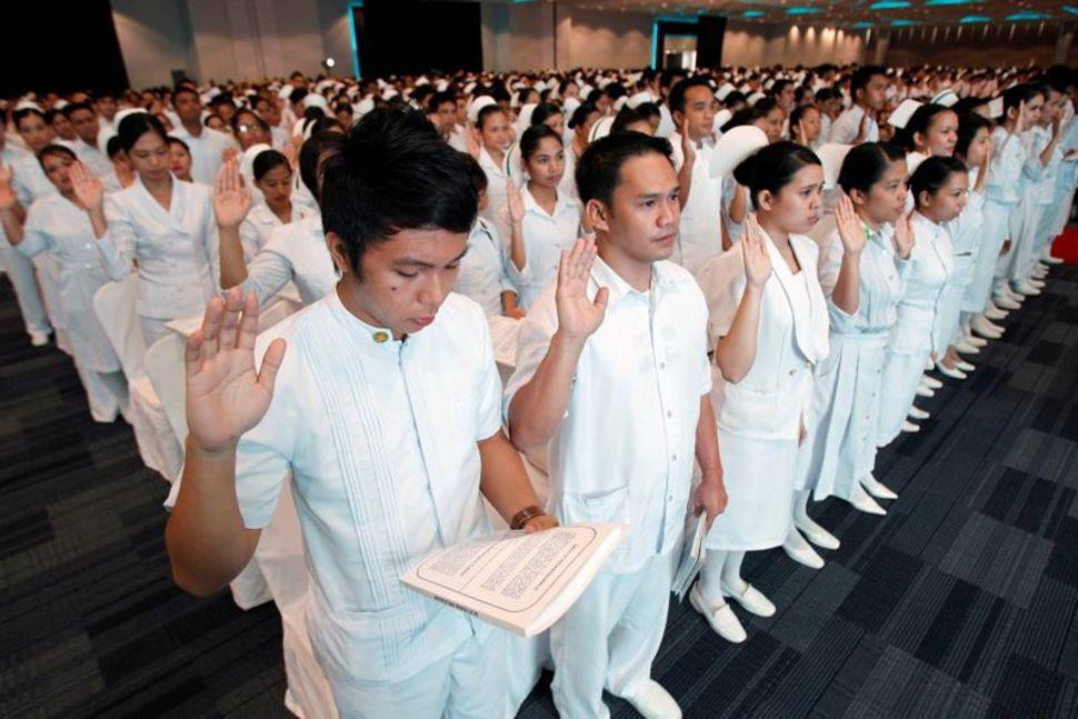الرئيس الفلبيني ينهي حظر سفر العاملين الطبيين للخارج