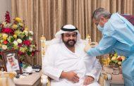محمد بن حمد الشرقي يتلقى الجرعة الأولى من لقاح
