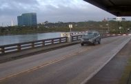 سائق يحطم حاجز مروري ويقفز بسيارته فوق جسر متحرك
