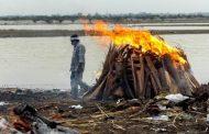 الأمواج تقذف عشرات الجثث إلى ضفاف نهر الغانج في الهند