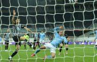 مانشستر سيتي يحتفل بتتويجه بلقب الدوري الإنجليزي بفوز مثير على نيوكاسل