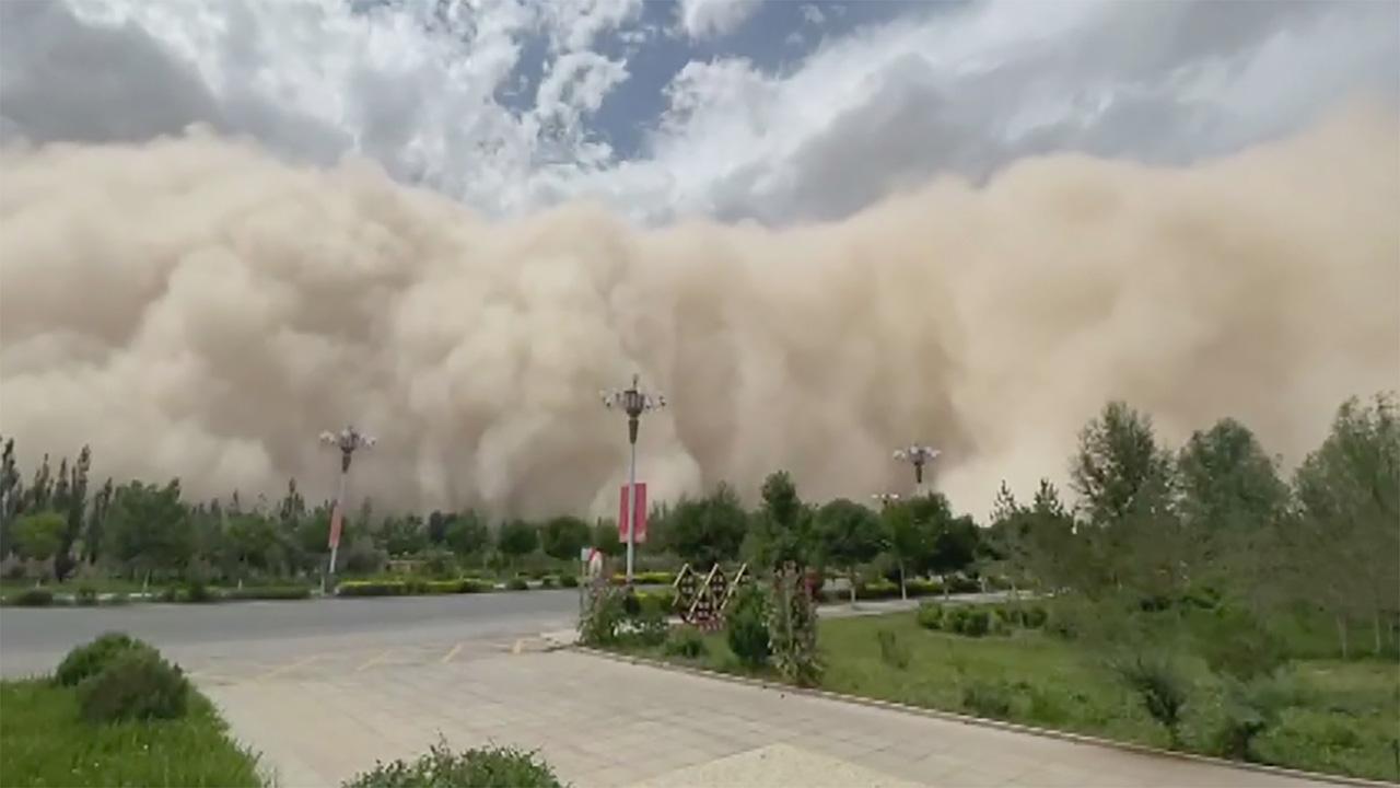 مثل أفلام الرعب.. عاصفة رملية هائلة تبتلع مدينة كاملة في الصين