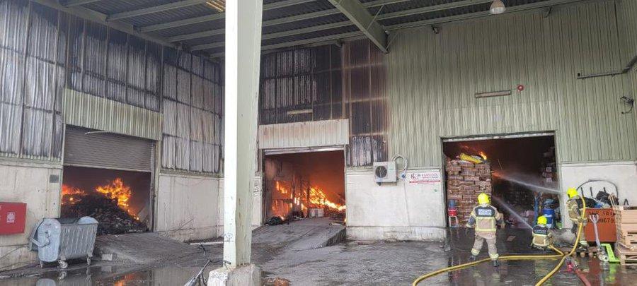 دفاع مدني دبي يتعامل مع حريق في منطقة بورسعيد ولا إصابات