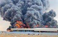 دفاع مدني أم القيوين يسيطر على حريق في مستودع للاطارات