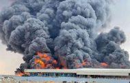 مدني أم القيوين يتعامل مع حريق في مصنع للإطارات